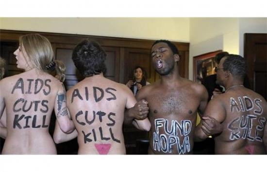 My máme právo na homosexuální orgie, vy máte povinnost platit